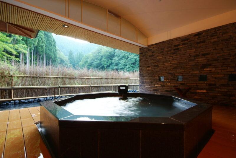 "<alt= ""Hyogo private onsen: Nishimuraya Hotel Shogetsutei at hyogo: rock bath"">"