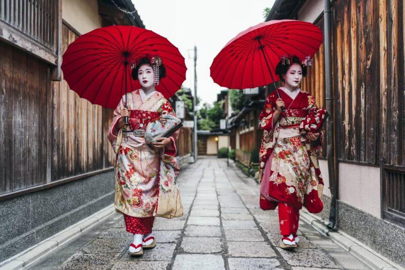 maiko-geisha-walking-on-street-gion
